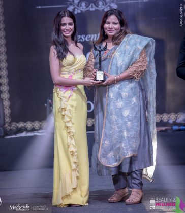 Renu Best Trainer of Makeup Hair Skin 364x420 - Glam Pro Beauty & Wellness Awards 2018 - Celebrity Presenter Actress Kriti Kharbanda and TV Superstar Manish Goel